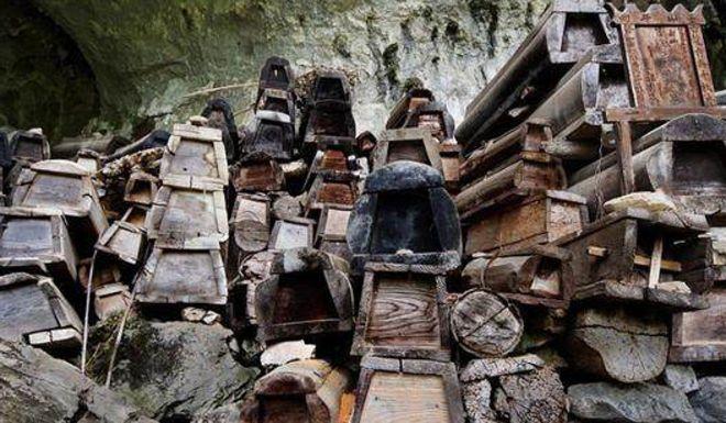 Địa điểm bí mật tạo nên những đồ nội thất mới cứng được tái chế từ gỗ quan tài - Ảnh 2