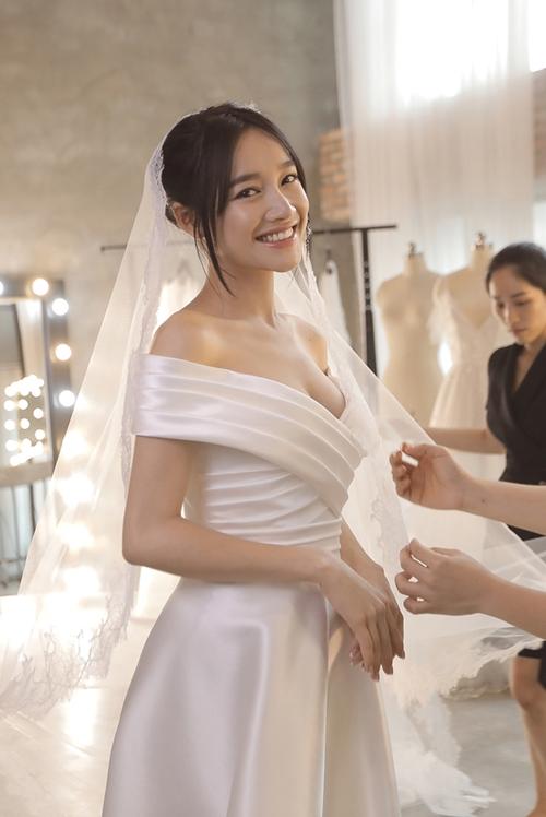 Loạt ảnh Nhã Phương thử váy cưới trước hôn lễ ra mắt công chúng - Ảnh 2