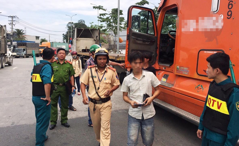 Phú Quốc: Hiệu trưởng phải đi cấp cứu do bị xe đầu kéo tông gần cổng trường - Ảnh 2