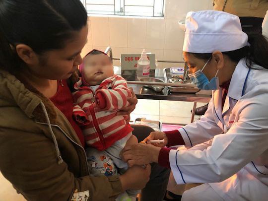 Điều tra vụ cháu bé 70 ngày tuổi tử vong sau tiêm vaccine ComBe Five - Ảnh 2