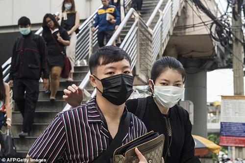 """Người dân Bangkok """"chế"""" khẩu trang đặc biệt trong những ngày ô nhiễm không khí trầm trọng - Ảnh 1"""
