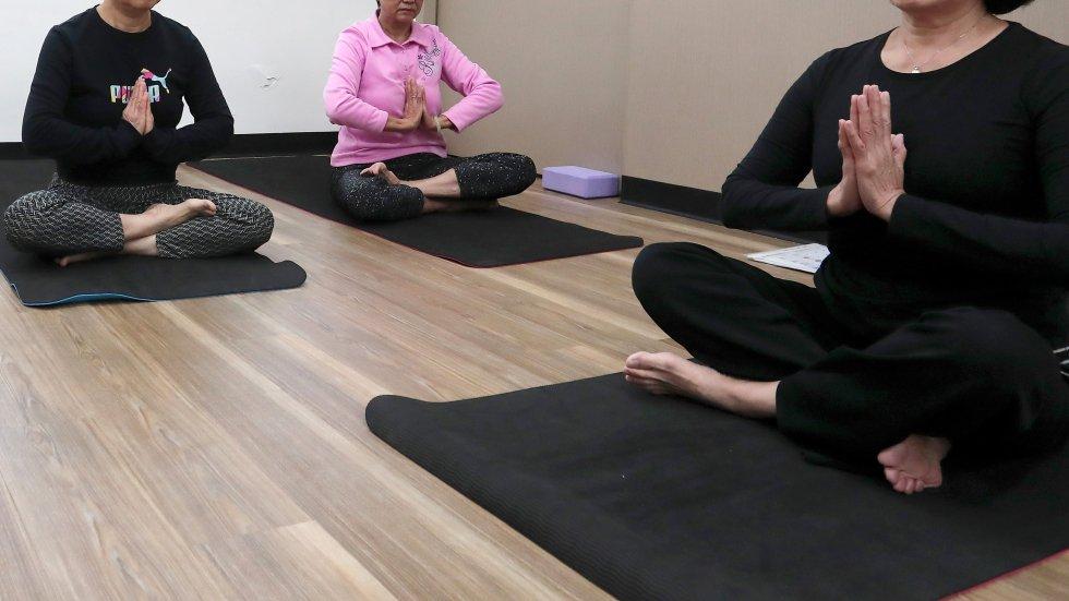 Uốn học viên làm đúng tư thế đến gãy chân, trung tâm Yoga phải đền hơn 670 triệu đồng - Ảnh 1