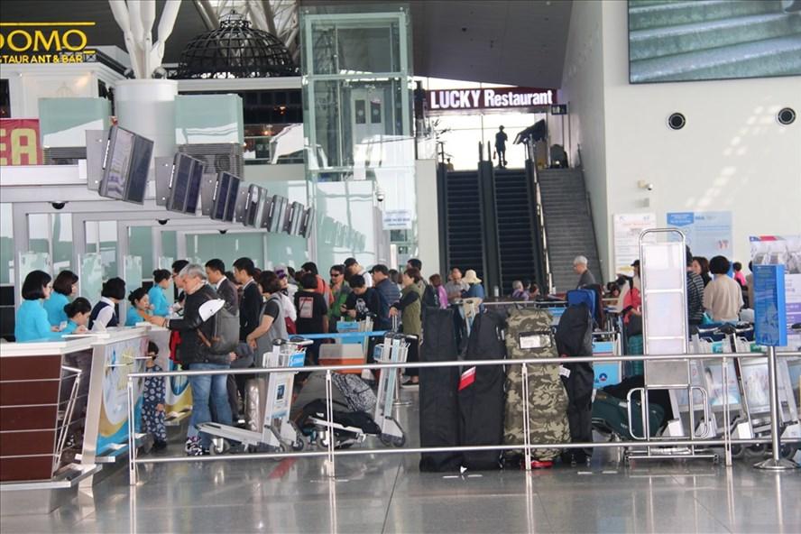Dịp Tết, sân bay Nội Bài hạn chế người nhà đưa tiễn đi quốc tế - Ảnh 1