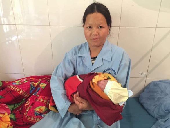 Hà Giang: Bác sĩ đỡ đẻ thành công cho thai phụ dưới vực sâu - Ảnh 2