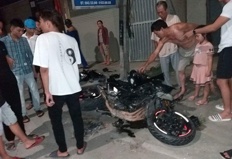 Xe máy phân khối lớn tông gãy cột điện, nam thanh niên bị thương nặng - Ảnh 1