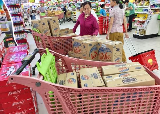 """Khủng hoảng nước sạch, người Hà Nội """"vét sạch"""" nước đóng chai tại siêu thị - Ảnh 2"""