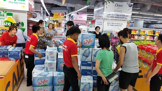 """Khủng hoảng nước sạch, người Hà Nội """"vét sạch"""" nước đóng chai tại siêu thị - Ảnh 3"""