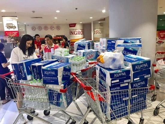 """Khủng hoảng nước sạch, người Hà Nội """"vét sạch"""" nước đóng chai tại siêu thị - Ảnh 4"""