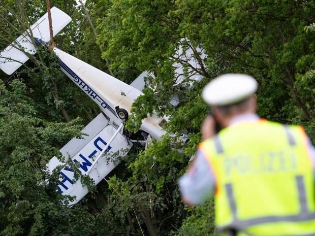 Máy bay mắc vào dây cáp treo, phi công 62 tuổi thoát chết kì diệu - Ảnh 2