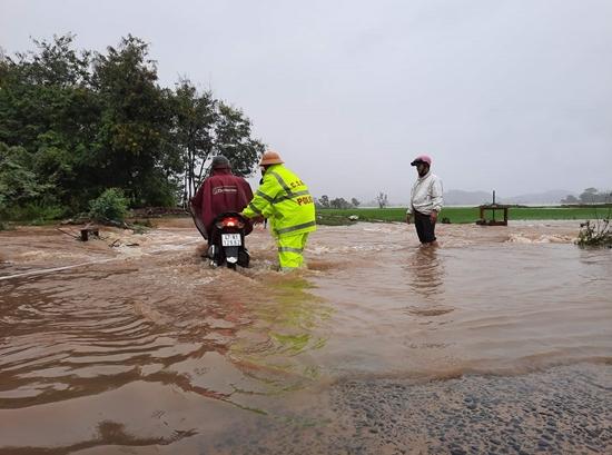 Đắk Lắk: Hàng trăm nhà dân chìm trong biển nước do mưa bão - Ảnh 4