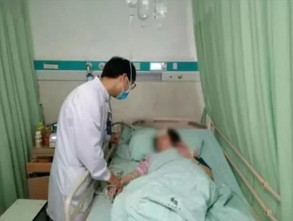Một phụ nữ bị chảy máu não, liệt nửa người vì lạm dụng điện thoại - Ảnh 1