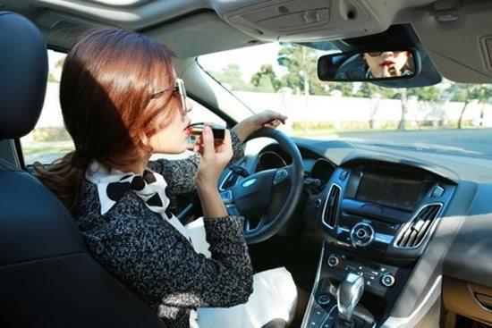 Những sai lầm cơ bản khi lái xe mà nhiều phụ nữ thường mắc phải - Ảnh 3