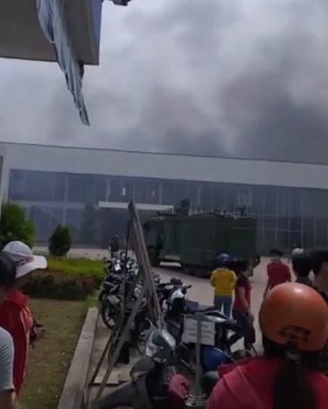 Cháy lớn tại công ty May Nhà Bè- Sóc Trăng, hàng trăm công nhân bỏ chạy tán loạn - Ảnh 1