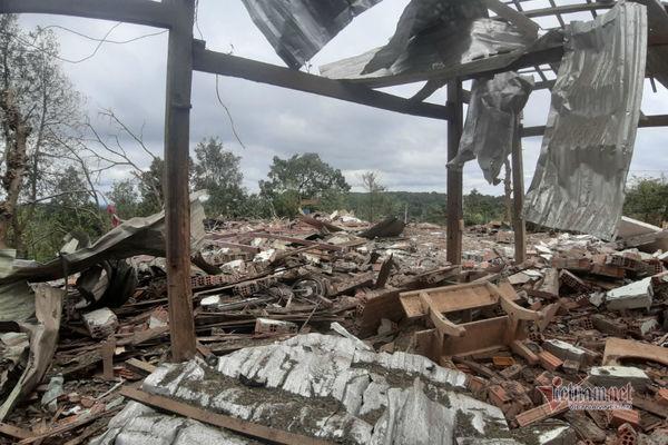 Đắk Nông: Căn nhà trên mỏ đá bay nóc sau tiếng nổ lớn, 2 người thương vong - Ảnh 1