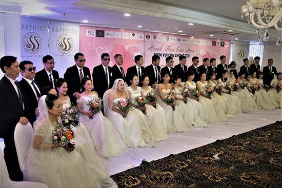 Xúc động trước hình ảnh những cô dâu đặc biệt mặc áo cưới - Ảnh 1