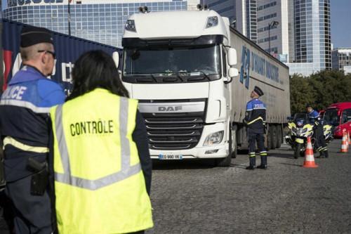 Phát hiện 31 người nhập cư trốn trong xe tải, Pháp điều tra đường dây buôn người - Ảnh 1