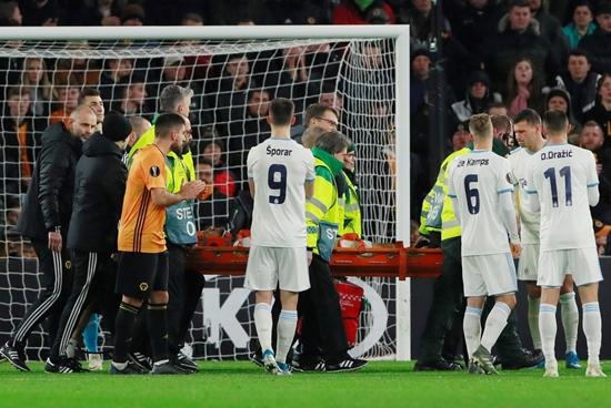 Tiền vệ lui về phòng ngự bị sao Premier League sút trúng đầu bất tỉnh - Ảnh 3