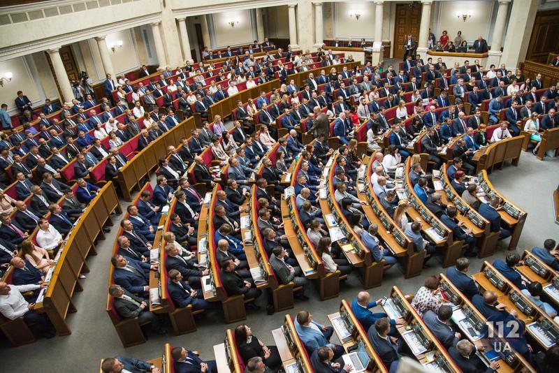Bất đồng chính kiến, các nghị sĩ Ukraine ẩu đả tại Quốc hội - Ảnh 1