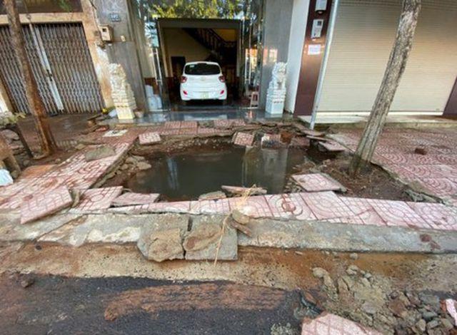 Người dân hoảng sợ khi đường ống nước bất ngờ phát nổ tạo hố sâu hơn 1m - Ảnh 1