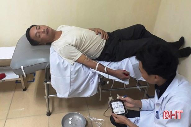 Thầy giáo vượt đường xa trong đêm đi hiến máu cứu người - Ảnh 1