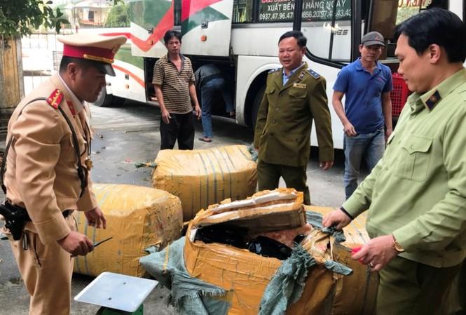 Truy đuổi xe khách biển Lào chở hàng lậu trên QL1 - Ảnh 1