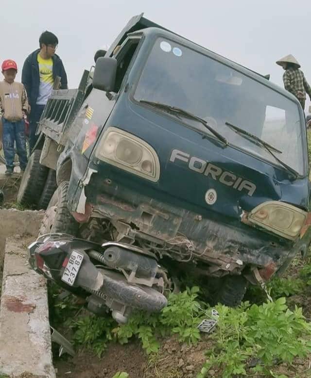 Xe tải mất lái đâm chết thầy giáo rồi lao xuống ruộng - Ảnh 1