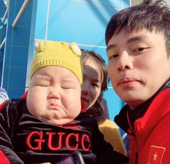 Danh tính em bé được các cầu thủ U23 Việt Nam ở Hàn Quốc tranh nhau bế chụp ảnh - Ảnh 5