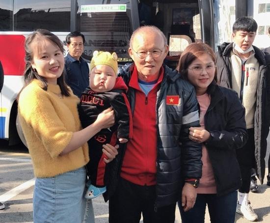 Danh tính em bé được các cầu thủ U23 Việt Nam ở Hàn Quốc tranh nhau bế chụp ảnh - Ảnh 4