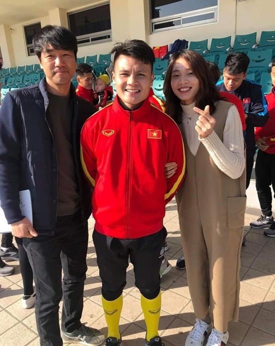 Danh tính em bé được các cầu thủ U23 Việt Nam ở Hàn Quốc tranh nhau bế chụp ảnh - Ảnh 6