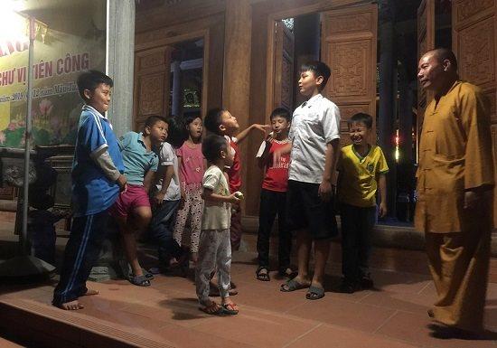 Người cha nuôi xuất gia của 11 đứa trẻ bị bỏ rơi - Ảnh 1