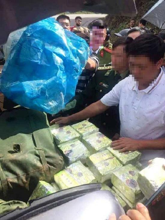 Truy bắt đối tượng bỏ lại 200kg ma túy trốn vào rừng - Ảnh 1