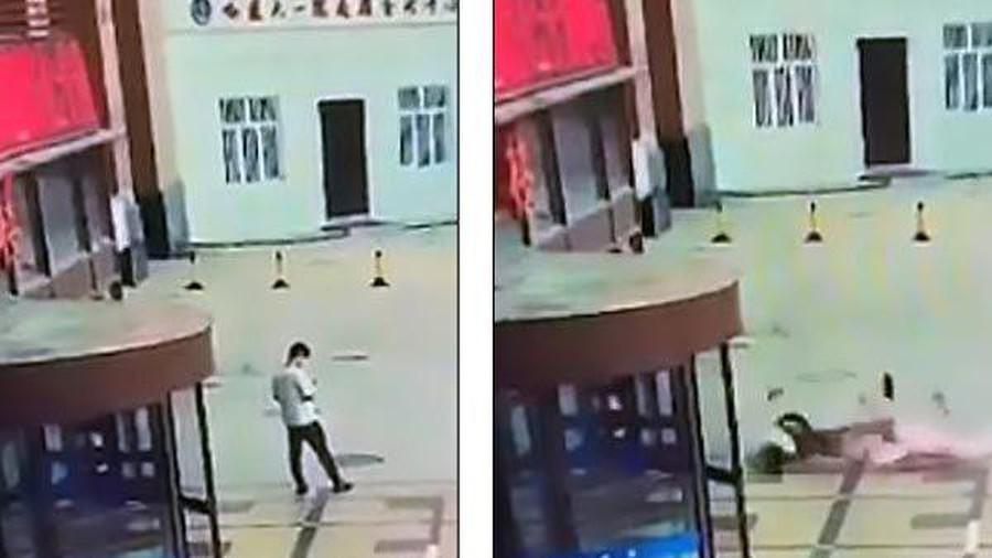 Người nhảy lầu tự tử đè chết hai nữ sinh ở Trung Quốc - Ảnh 2