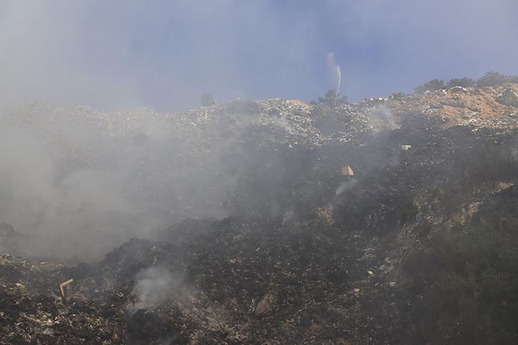 Bãi rác Đà Lạt cháy âm ỉ nhiều ngày, khói bốc lên mù mịt - Ảnh 1