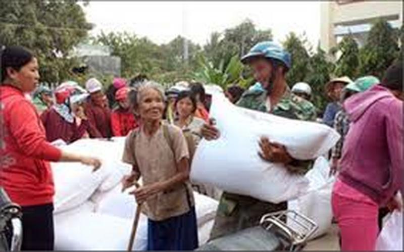 Xuất gạo hỗ trợ đến người dân vùng khó khăn trước Tết Nguyên đán Canh Tý - Ảnh 1