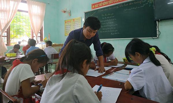 """Học sinh """"đội sổ"""" quyết tâm thành thầy giáo giỏi, miệt mài gieo con chữ cho trẻ em miền núi - Ảnh 1"""