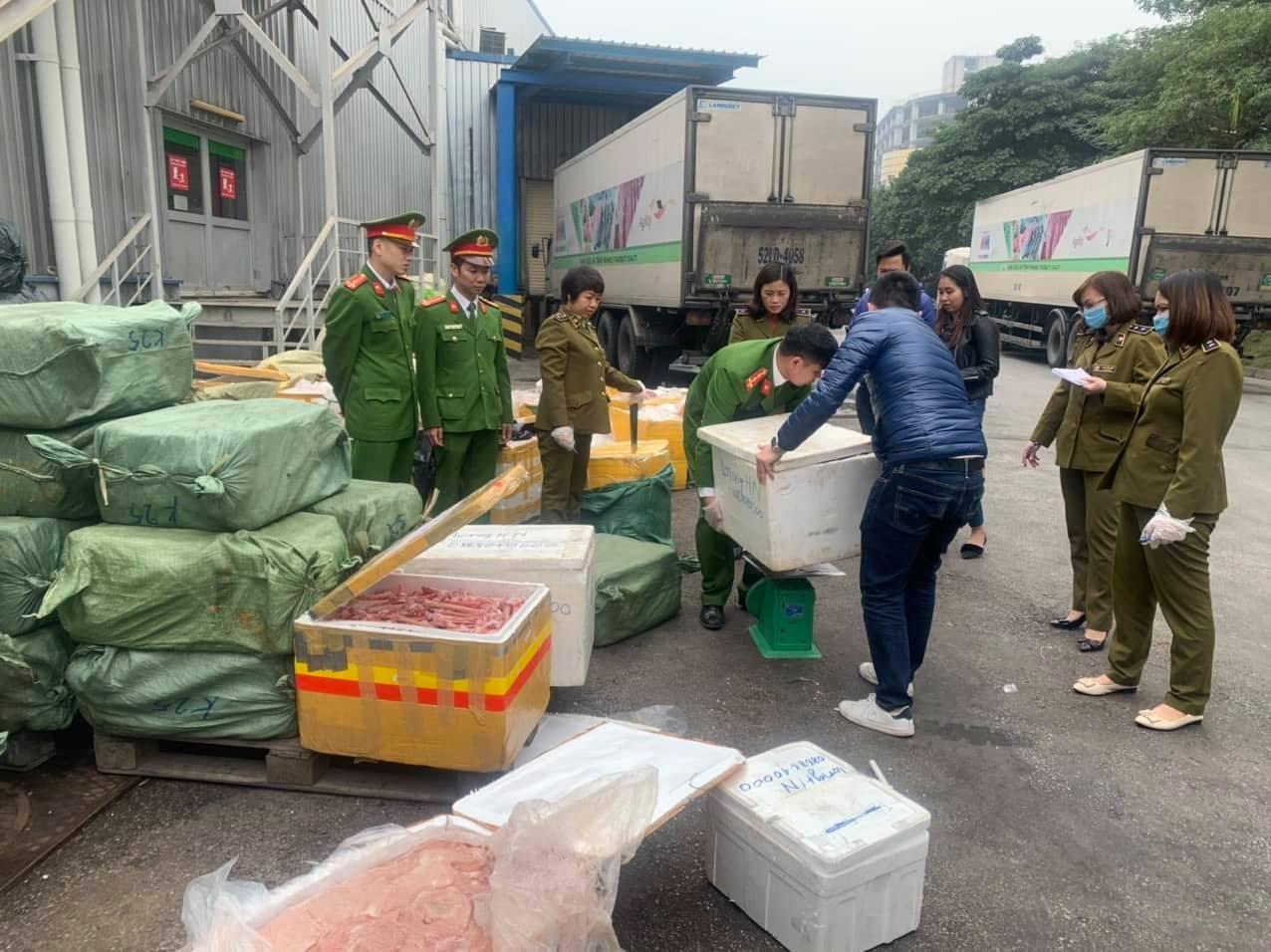 Bắt giữ gần 5 tấn lưỡi vịt, nầm lợn bốc mùi tại siêu thị ở Hà Nội - Ảnh 1