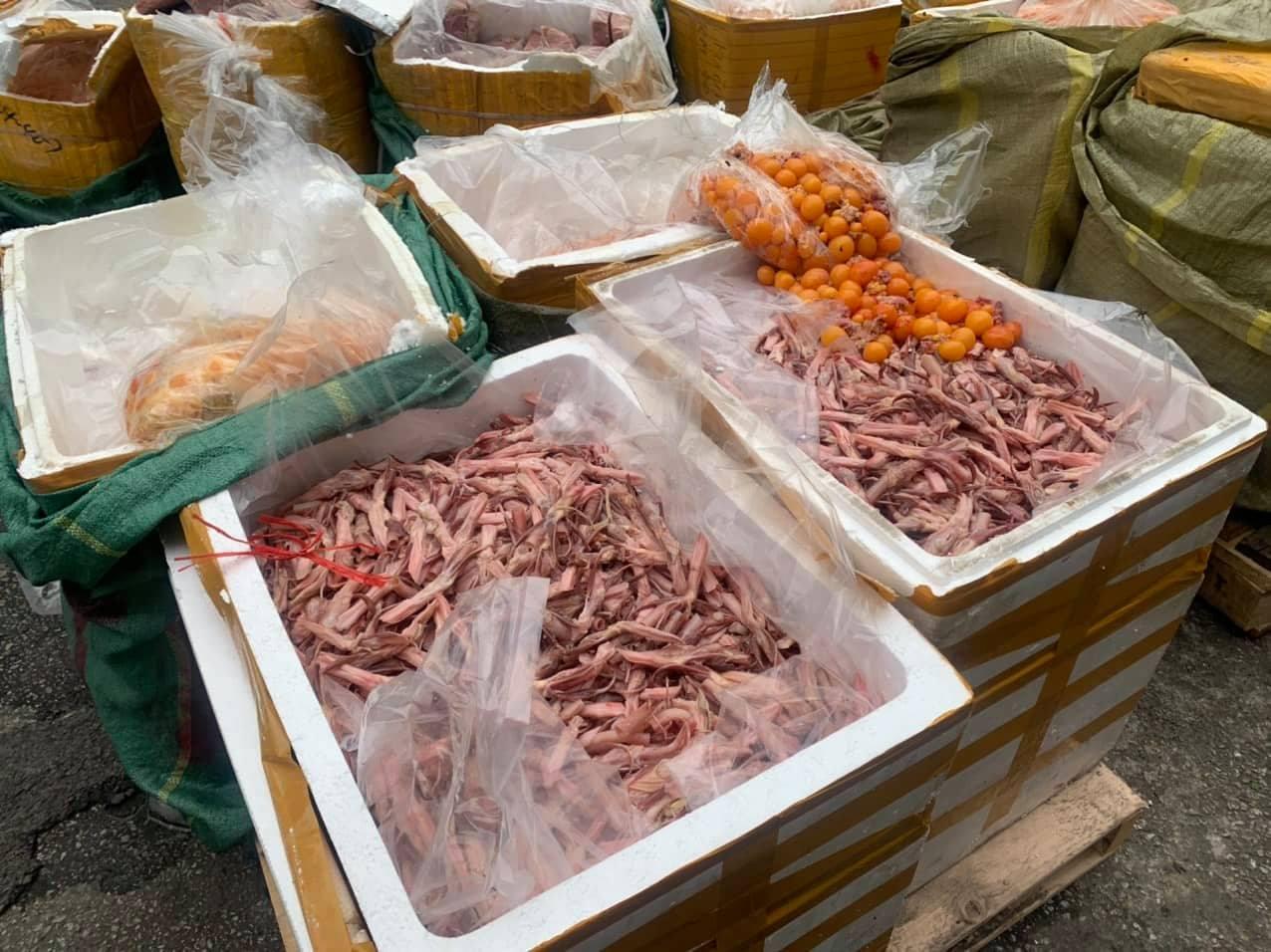 Bắt giữ gần 5 tấn lưỡi vịt, nầm lợn bốc mùi tại siêu thị ở Hà Nội - Ảnh 2