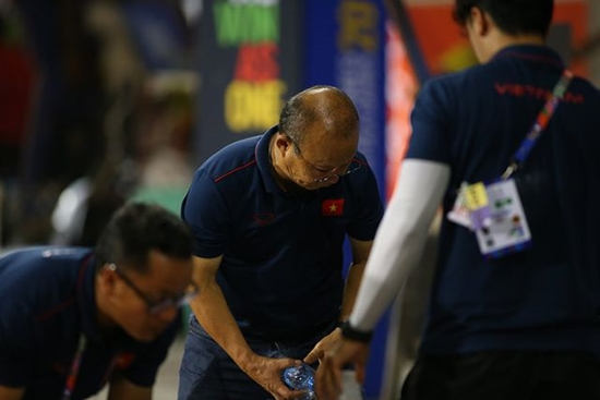 Hành động đẹp của HLV Park Hang Seo sau trận bán kết gặp U22 Campuchia - Ảnh 3