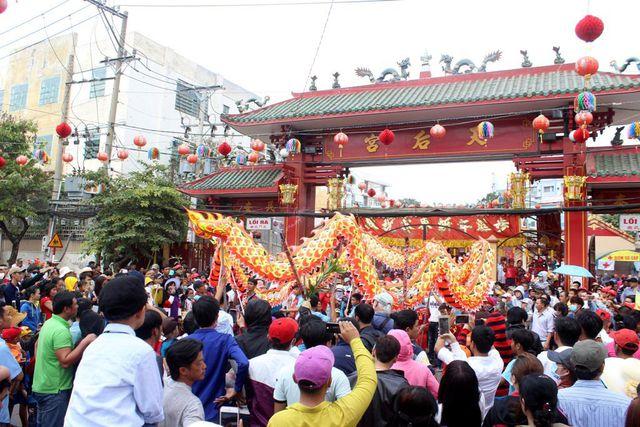 Học sinh Bình Dương được nghỉ học 2 ngày diễn ra lễ hội chùa Bà Thiên Hậu - Ảnh 1