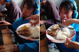 Đau lòng cảnh bà mẹ mang cơm đến tiệm net để đút cho con ăn - Ảnh 1