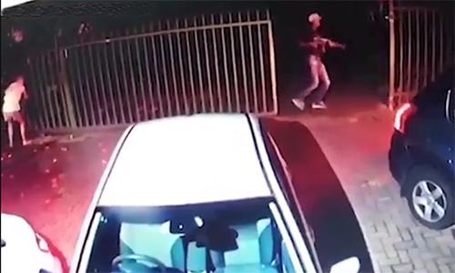 Nam Phi: Bà mẹ bế con dũng cảm ngăn 3 tên cướp có súng - Ảnh 1