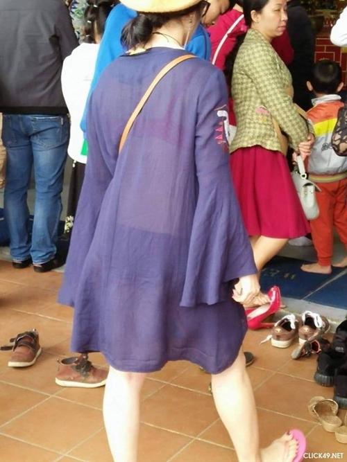 """Phản cảm với những trang phục """"hở bạo"""" của các thiếu nữ đi lễ chùa đầu năm - Ảnh 1"""