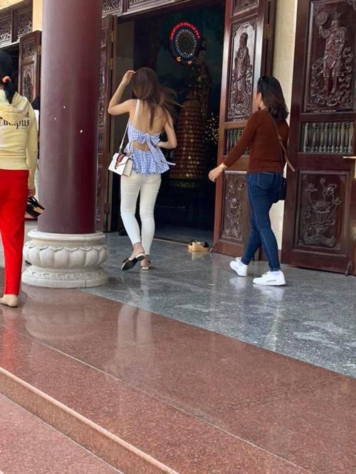 """Phản cảm với những trang phục """"hở bạo"""" của các thiếu nữ đi lễ chùa đầu năm - Ảnh 4"""