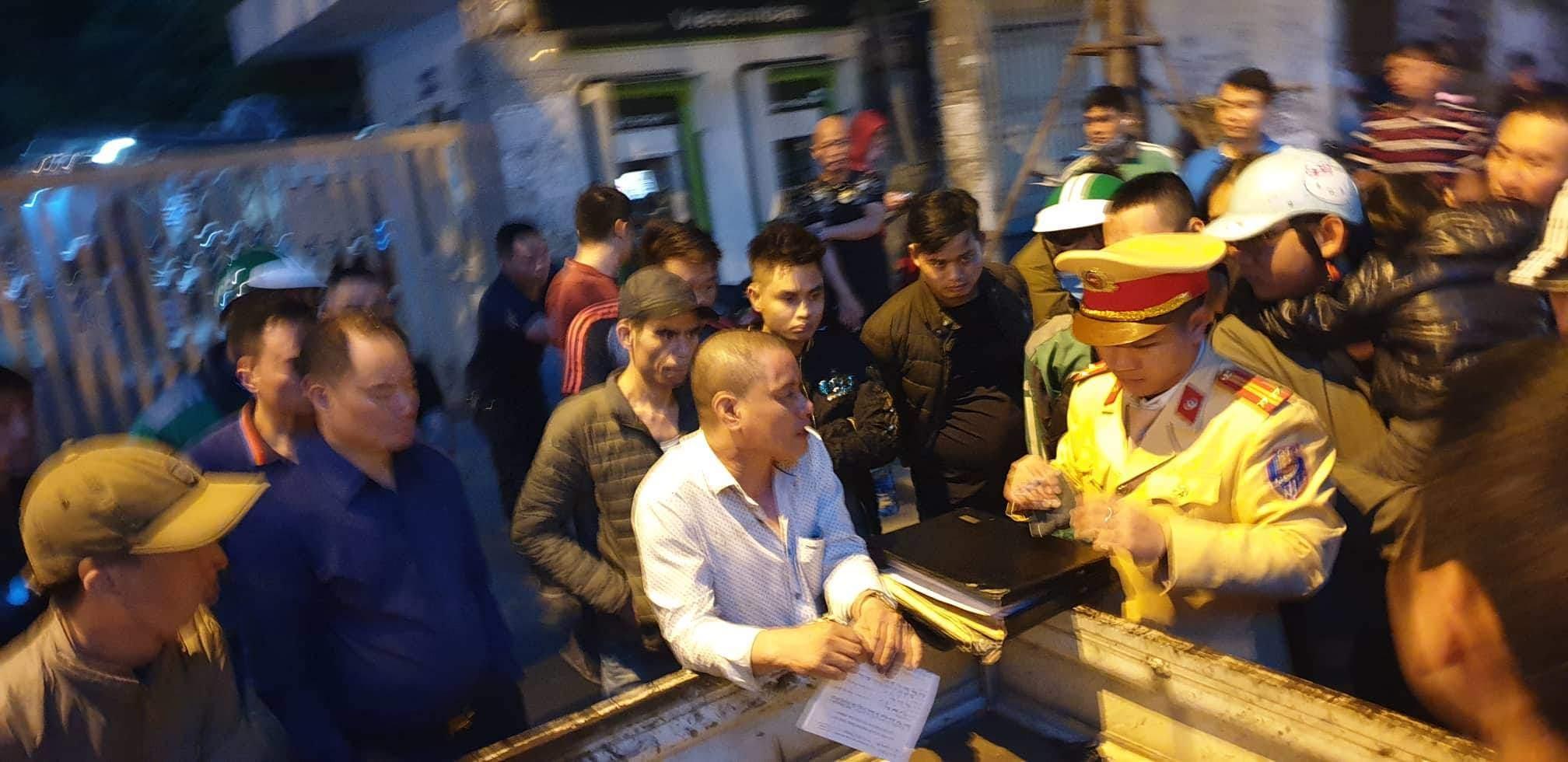Vụ tài xế đâm gục người đi xe máy sau tai nạn ở Hà Nội: Công an đang lấy lời khai của nghi can - Ảnh 2