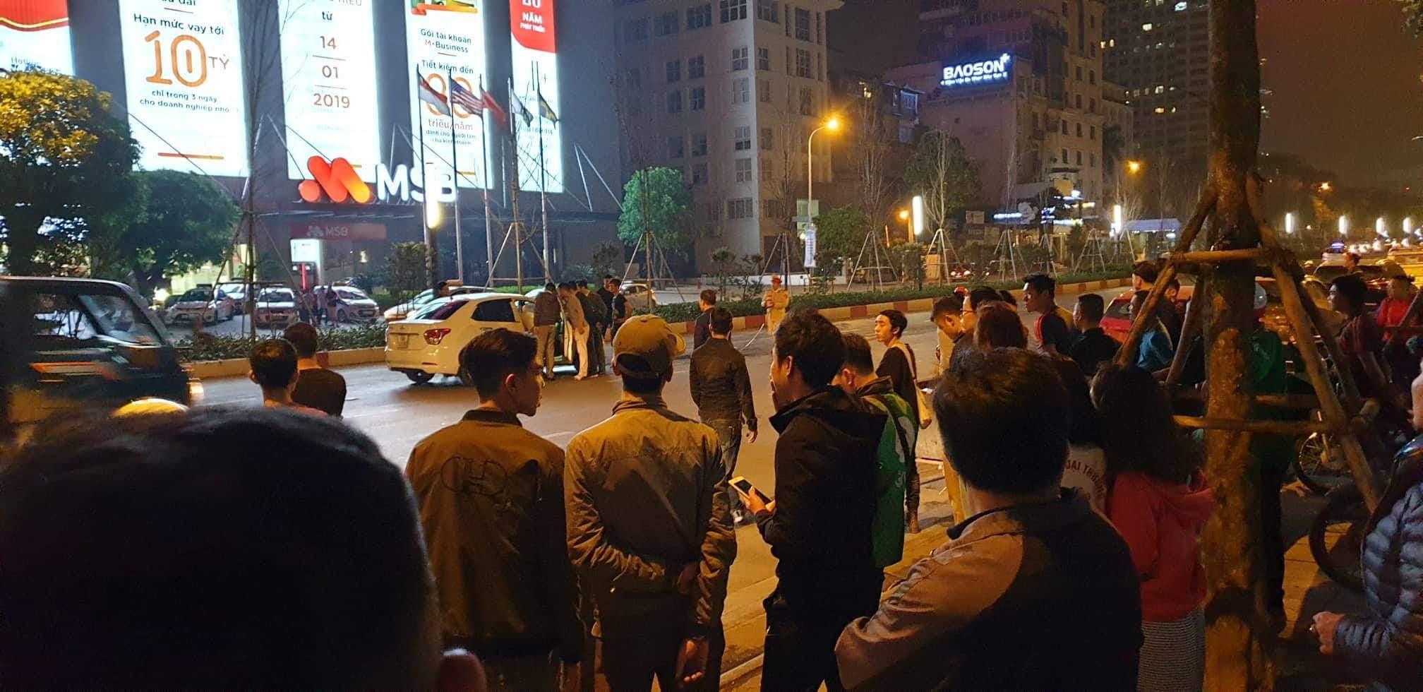 Vụ tài xế đâm gục người đi xe máy sau tai nạn ở Hà Nội: Công an đang lấy lời khai của nghi can - Ảnh 1