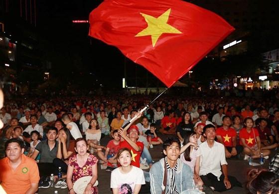 """CĐV """"nhuộm đỏ"""" phố đi bộ Nguyễn Huệ trận U23 Việt Nam - U23 Thái Lan - Ảnh 1"""