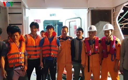 Nghệ An: Đưa tàu cá cùng 16 thuyền viên trôi dạt trên biển vào bờ an toàn - Ảnh 2