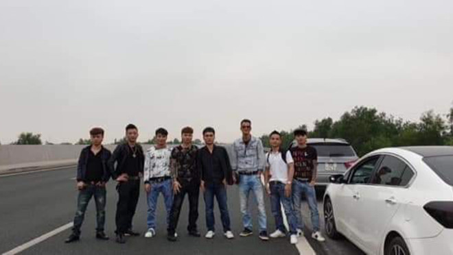 Bức xúc nhóm thanh niên dàn hàng ngang chụp ảnh trên cao tốc Hà Nội - Hải Phòng - Ảnh 1