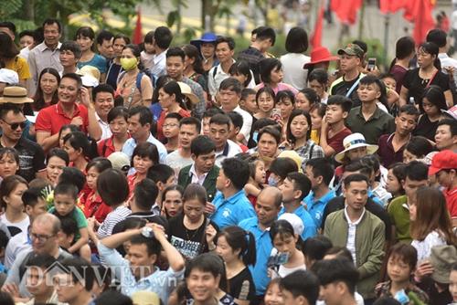 Dù chưa đến chính hội, du khách thập phương đổ về đền Hùng đông như mắc cửi  - Ảnh 3