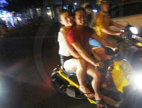 """Hồ Ngọc Hà """"tái phạm"""" lỗi không đội mũ bảo hiểm khi đi xe máy cùng Kim Lý - Ảnh 3"""